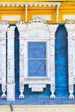 Detalj av ett fönster av ett traditionellt trähus, Rostov, guld- cirkel, Ryssland Arkivfoto