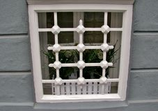 Detalj av ett fönster med ett vitt galler Povoa de Varzim, Portugal royaltyfria bilder