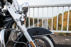 Detalj av ett framhjul från en motorcykel arkivbilder