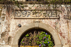 Detalj av ett gammalt övergett sjukhus Arkivbilder