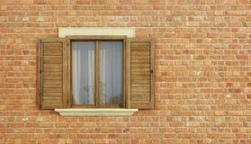 Detalj av ett gammalt hus med tegelstenväggen Arkivfoto