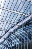 Detalj av ett glass tak som avspeglar i en modern skyskrapa Arkivbild