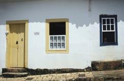 Detalj av ett kolonialt hus i Tiradentes, Brasilien, med pojkelooki Arkivbild