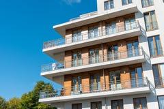 Detalj av ett modernt lägenhethus Arkivfoto