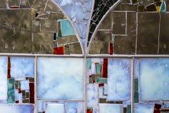 Detalj av ett nedfläckat färgrikt fönster abstrakt bakgrundstextur arkivfoton