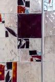 Detalj av ett nedfläckat färgrikt fönster abstrakt bakgrundstextur royaltyfri fotografi