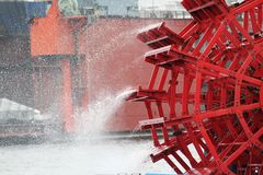 Detalj av ett rött skovelhjul Arkivbilder