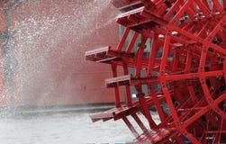 Detalj av ett rött skovelhjul Royaltyfri Bild