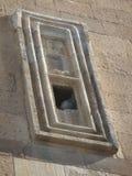 Detalj av ett rektangulärt fönster med inom en duva i moskén av Alladin till Konya i Turkiet Royaltyfri Foto