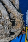 Detalj av ett slitet gammalt skepp som förtöjer repet royaltyfria bilder