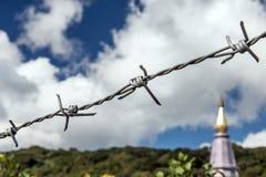Detalj av ett staket som skyddar den buddistiska kloster Royaltyfri Bild