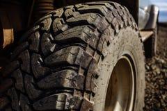 Detalj av ett svart offroad gummihjul på ett offroad lastbilmedel som byggs för smutsiga offroad vägar royaltyfri bild