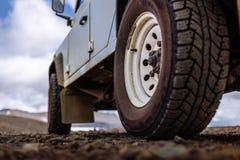 Detalj av ett svart offroad gummihjul på ett offroad lastbilmedel som byggs för smutsiga offroad vägar royaltyfria bilder