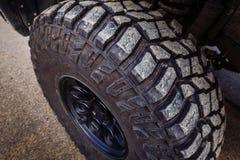 Detalj av ett svart offroad gummihjul p? ett offroad lastbilmedel som byggs f?r tunga ritter fotografering för bildbyråer