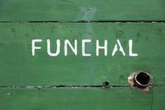 Detalj av ett träfartyg med Funchal som är skriftlig på den Arkivbild