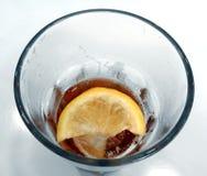 Detalj av exponeringsglas av kallt te med en iskub och en skiva av citronen Fotografering för Bildbyråer