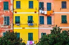 Detalj av färgrika husväggar, fönster och uttorkningkläder royaltyfria foton
