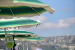 Detalj av färgrika paraplyer på stranden på en solig sommardag Arkivbild