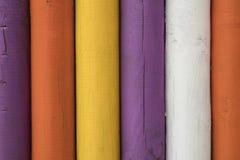 Detalj av färgrika träpoler Arkivfoto