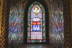 Detalj av fönstren av domkyrkan av Lourdes arkivfoton