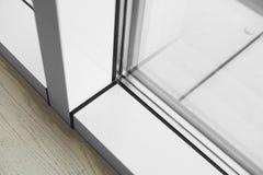 Detalj av fönstret som göras av PVC-profiler royaltyfri fotografi