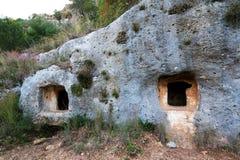 Detalj av förhistoriska gravvalv i nekropolen av Pantalica Arkivfoto