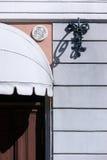 Detalj av fasaden av ett gammalt hus med en dörr Arkivbild