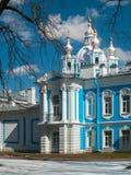 Detalj av fasaden av den Smolny domkyrkan i St Petersburg Royaltyfri Bild
