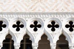 Detalj av fasaden av dogens slott i Venedig royaltyfria bilder