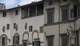 Detalj av fasaden av ett hus av adeln som är typisk av Florentine Renaissance med nobla sköldar som göras av stenen Royaltyfria Foton