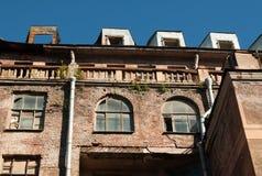 Detalj av fasaden ett hus med brända lofter Royaltyfria Foton
