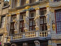 Detalj av fasaden av ett medeltida skråhus på den Bryssel Grand Place fyrkanten Royaltyfri Bild
