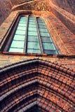 Detalj av fasaden med ett fönster av den gamla domkyrkan i Riga Royaltyfri Foto