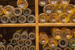Detalj av flaskor från inre av vin som är callar av stor slovakisk producent. Royaltyfri Foto