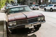 Detalj av framdelen av en klassisk bil på en gata i San Francisco, Kalifornien, USA royaltyfri bild