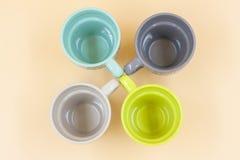 Detalj av fyra koppar av tomt kaffe med meddelandet av olik färg royaltyfria foton