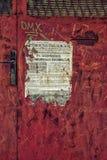 Detalj av gamla använda affischer på väggen royaltyfria bilder