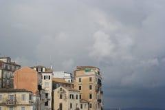 Detalj av gamla byggnader mot molnig himmel Royaltyfria Bilder