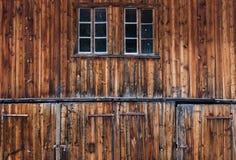Detalj av gamla och red ut ladugårddörrar arkivfoto