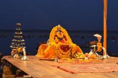 Detalj av Gangotri Seva Samiti på Aarti Ceremony i Gangeset River i Varanasi, Indien Arkivbild
