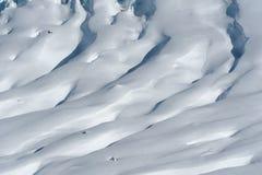 Detalj av glaciärflöde och sprickor som täckas vid insnöad vinter Arkivbild