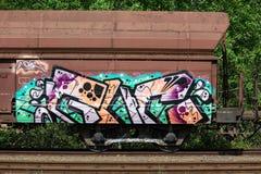 Detalj av grafitti på den övergav vagnen, vandalism royaltyfri bild