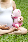 Detalj av gravida händer som rymmer Royaltyfri Bild