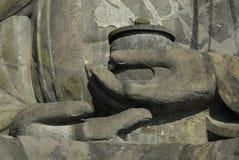 Detalj av händer av den stora Buddha Arkivfoton