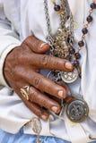 Detalj av händer som rymmer religiösa symboler royaltyfri bild