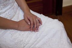 Detalj av händerna av bruden arkivbild