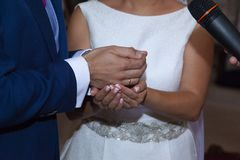Detalj av händerna av bruden och att ansa precis just nu som bruden ger i arrasen royaltyfri bild