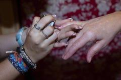 Detalj av händerna av en kvinna två royaltyfri fotografi