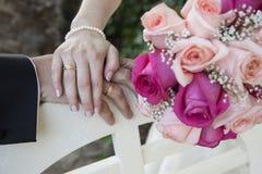 Detalj av händerna av nygifta personer royaltyfri bild