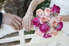 Detalj av händerna av nygifta personer royaltyfria foton